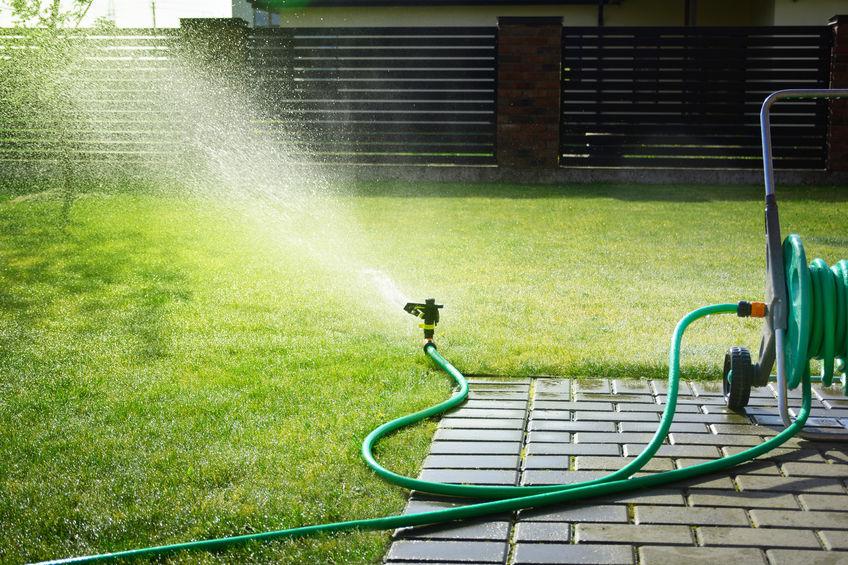 Vízszivárgás, csőtörés a kertben: árulkodó jelek, okok és teendők